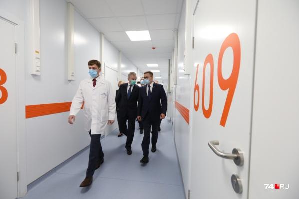 Экскурсию для губернатора и первого замминстра здравоохранения РФ проводил глава регионального Минздрава Юрий Семёнов