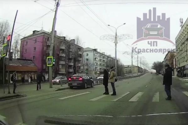 Черный седан промчался на красный сигнал светофора