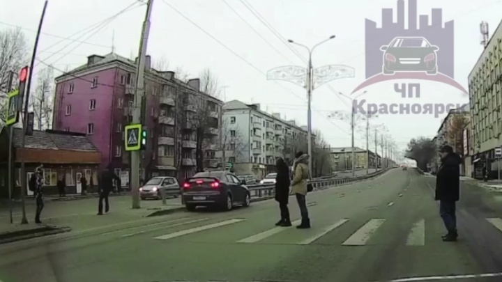 Заколдованный переход: на Мичурина пешеходы чудом отскочили от несущегося на красный авто. Видео
