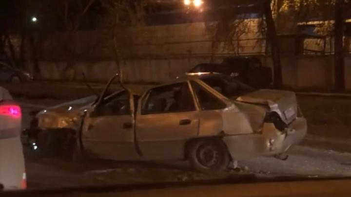 На улице Ларина пострадал водитель «Нексии» после аварии с автобусом