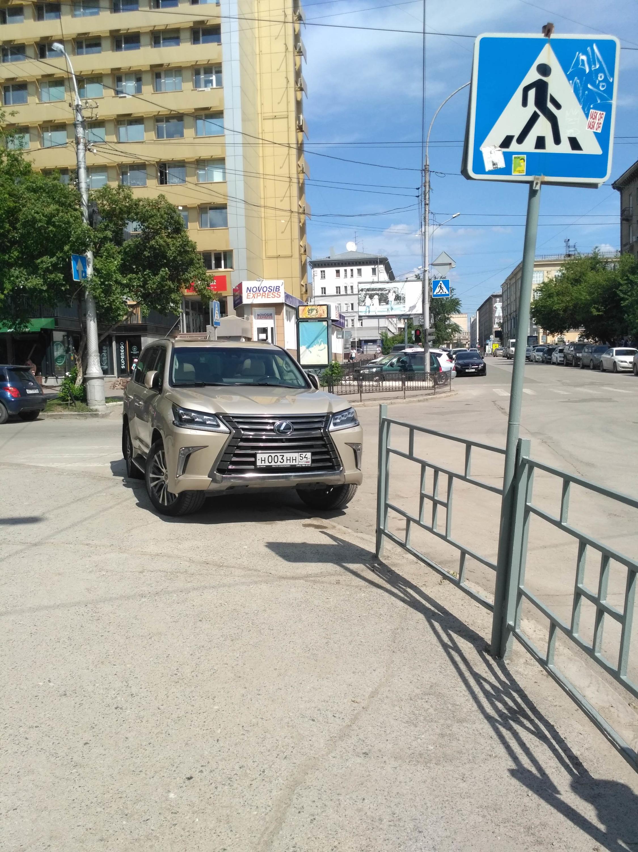 Lexus на перекрестке