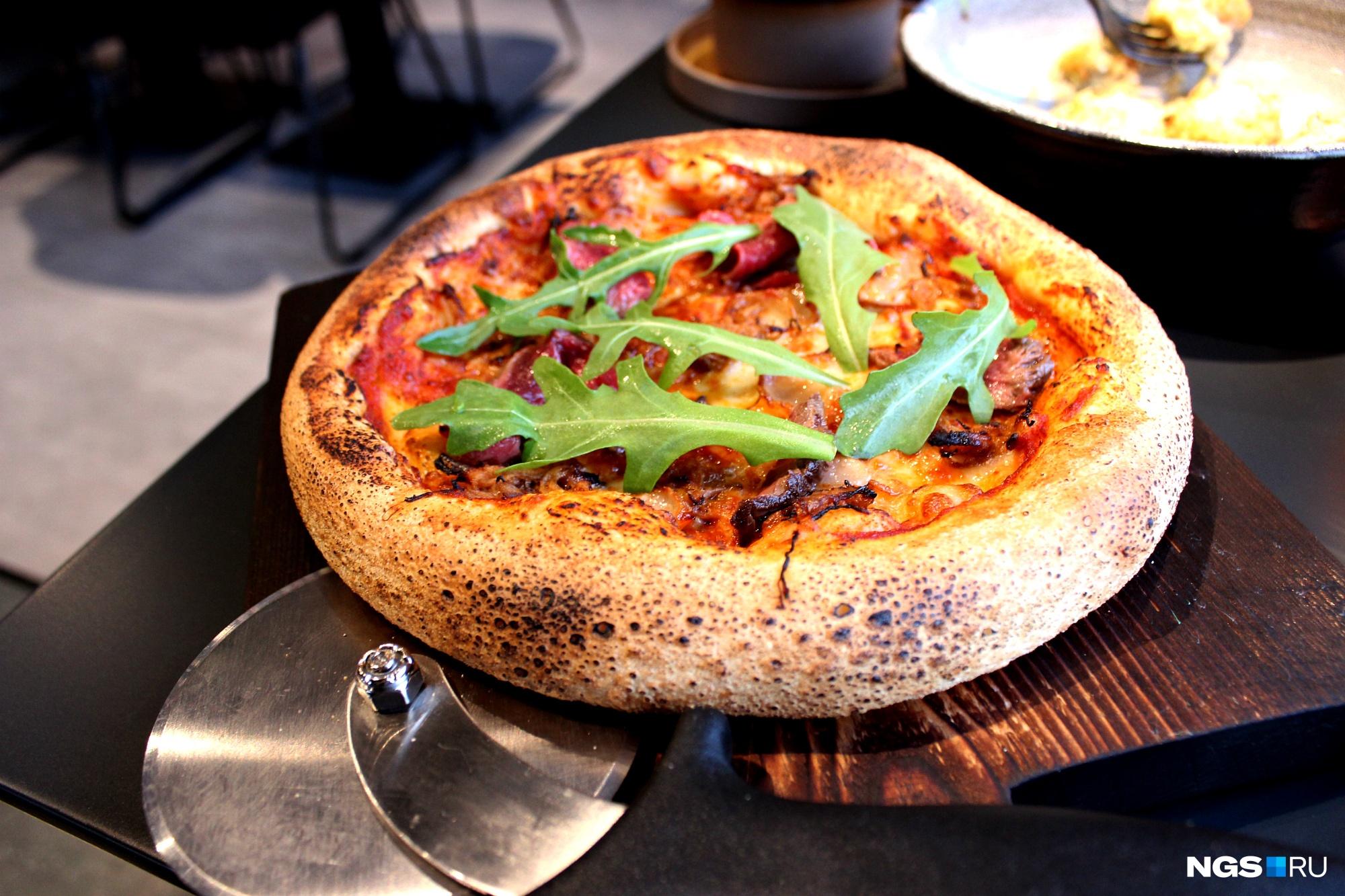 Пиццу приносят вместе с роликовым ножом — резать ее придется самостоятельно
