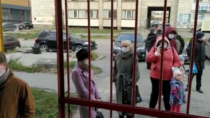 В оперштабе объяснили, почему контактных по COVID детей заставляют стоять в очередях в больницу