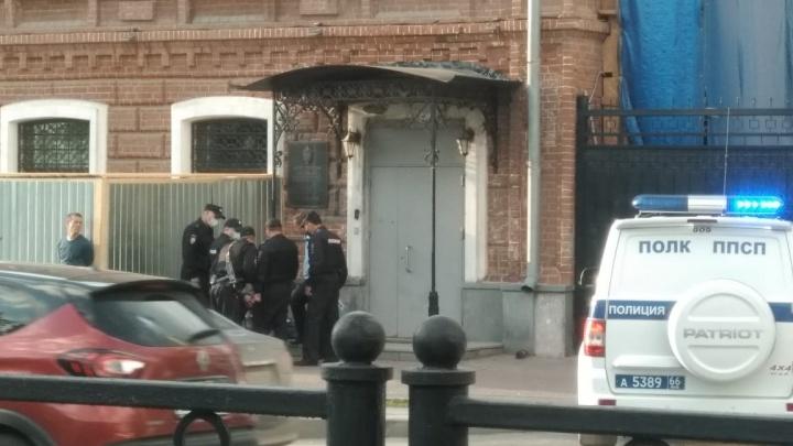 В Екатеринбурге полицейские приковали мужчину наручниками к зданию ФСБ