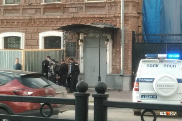 В задержании, судя по фото, участвовали аж шестеро полицейских