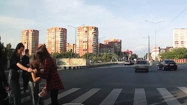На улице Федорова машина сбила 14-летнюю девочку