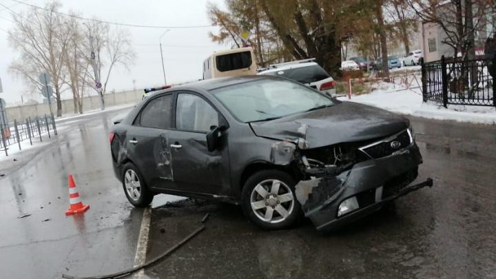 Подростки на родительской машине устроили аварию в омском аэропорту