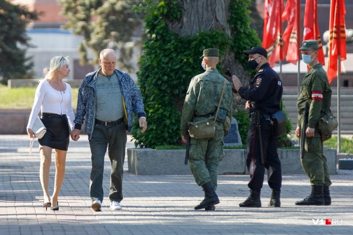 Не усидевших дома горожан встречали полицейские и военные