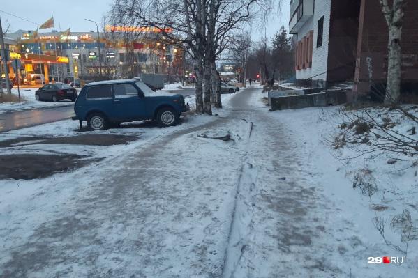 Похоже, что этот тротуар посыпали песком накануне? Администрации Соломбальского округа подрядчик отчитался, что посыпали