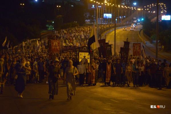 По подсчетам организаторов, в крестном ходе приняли участие около 10 тысяч человек