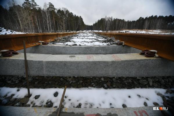 Строители уложили 200 метров рельсов ветки из Екатеринбурга в Верхнюю Пышму