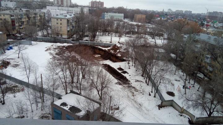 Котлован под окнами хрущевки: самарцы решили судиться против высотки на Советской Армии