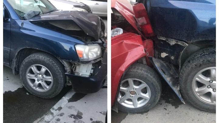 В Бердске пьяные подростки на «Жигулях» протаранили припаркованные во дворе автомобили