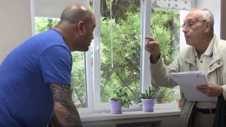 Челябинский юрист набросился на пенсионера с кулаками, когда тот заподозрил его в мошенничестве