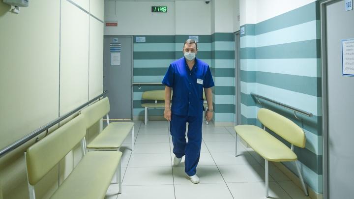 «В 90-е на дежурство выдавали шокеры»: уральский травматолог о том, как изменились пациенты