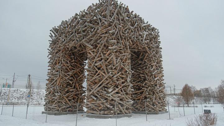 В Перми обнесли забором деревянную букву П. В музее PERMM говорят, что гулять рядом с ней небезопасно