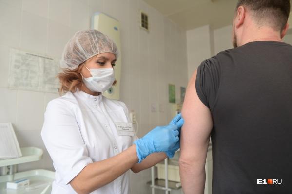 Поликлиники почти израсходовали первую партию вакцины