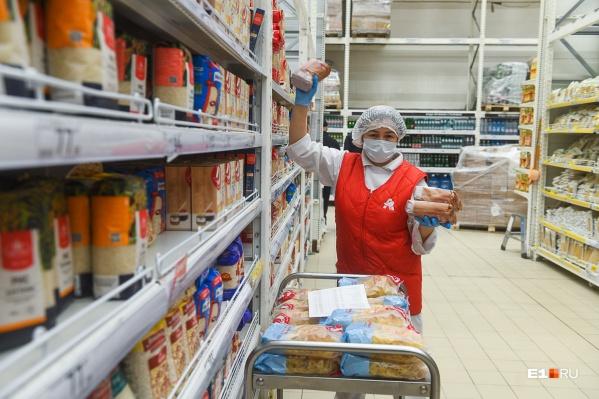 Продавцы работают в масках и перчатках, в день они контактируют с сотнями людей