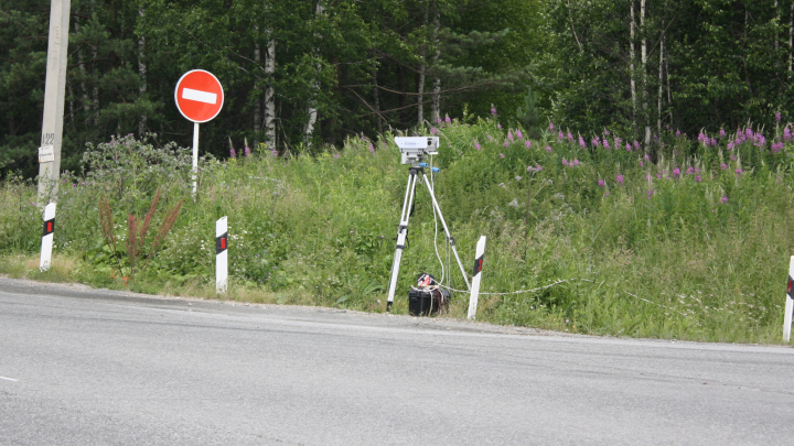 На федеральных трассах Свердловской области выделили места для камер-треног: карта засад