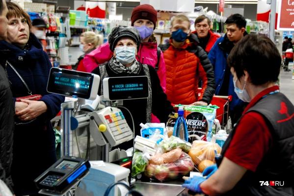 Челябинский супермаркет в субботу, 28 марта: люди по-прежнему жмутся друг к другу