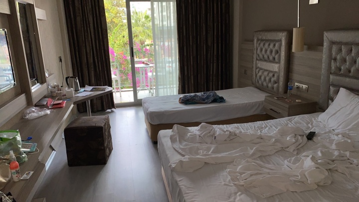 «За ребенка мне страшно»: пермячку с дочерью заперли в турецком отеле под предлогом карантина из-за коронавируса