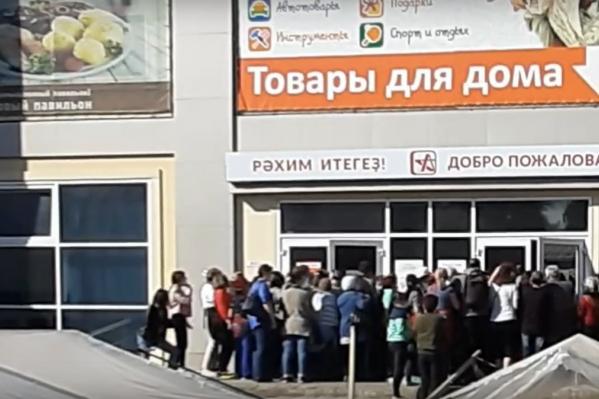 Горожане столпились у торгового центра «Аструм»