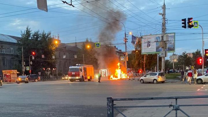 Очевидцы вытащили водителя из салона: машина «Яндекс.Такси» загорелась после ДТП