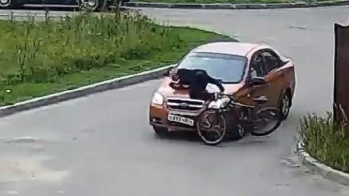Под Ярославлем иномарка сбила 12-летнего мальчика-велосипедиста. Видео