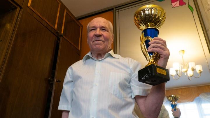 «Первый такой аксакал»: как новодвинец в 78 лет бегает марафоны и сочиняет стихи на дистанциях