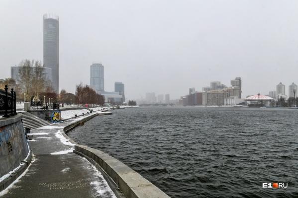 Дна на городском пруду уже не видно, но вода еще не поднялась до обычного уровня
