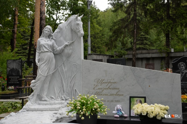 Памятник установили на могиле девушки к двухлетней годовщине ее смерти