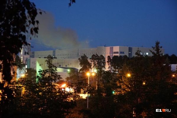 С территории больницы валил дым