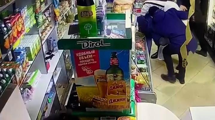 В Волжском покупатели скрутили рецидивиста, угрожавшего продавцу пистолетом