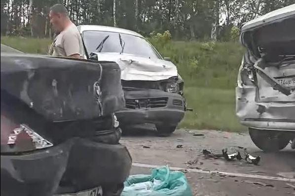 На выезде из Новосибирска столкнулись шесть машин — пробка на трассе держится несколько часов