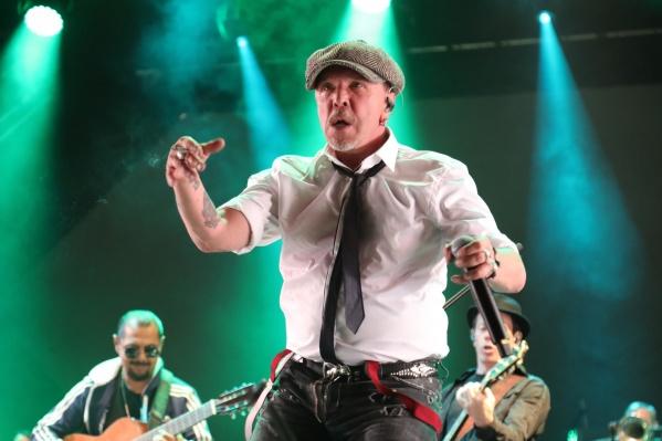 Гарик Сукачев начал живое выступление в Челябинске с «Вальса-Москва» и продолжил «Витькой Фомкиным». Все как в старые добрые времена, или почти