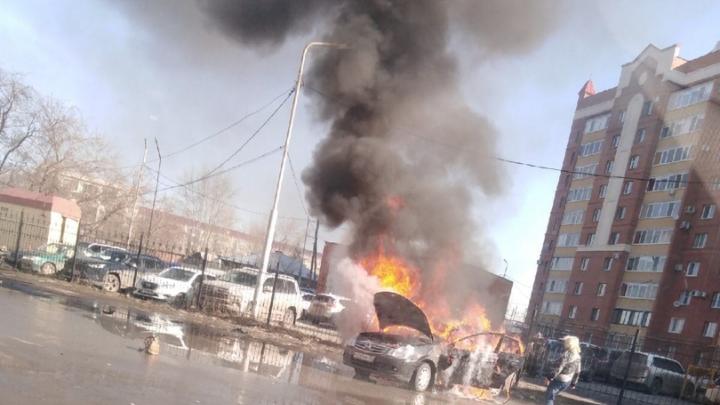 В Кургане сгорела и едва не взорвалась иномарка: водитель получил ожоги