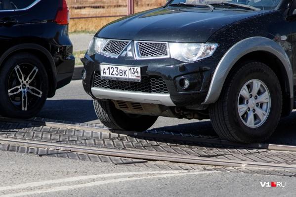 Проходить на скорости трамвайные рельсы не рискуют даже водители внедорожников