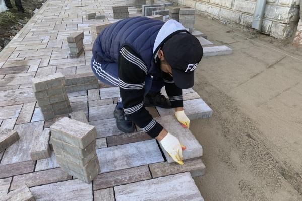 Рабочие почти закончили укладывать плитку
