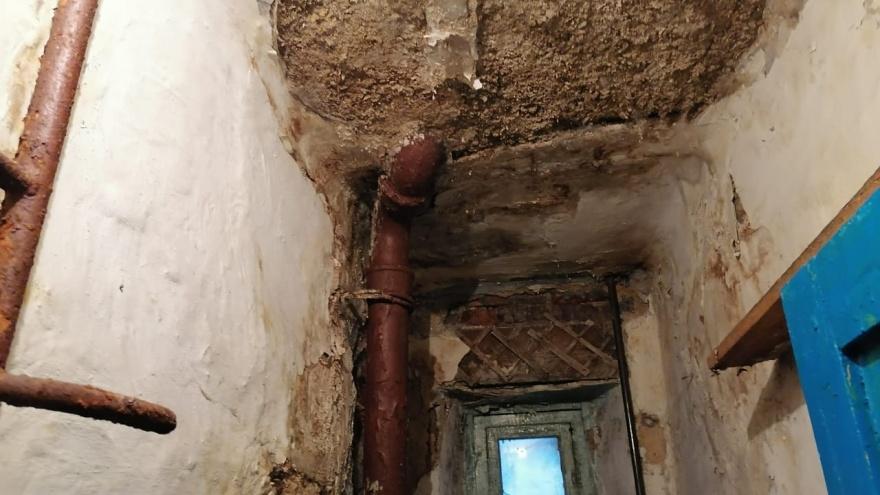 В Челябинской области на ветерана труда обрушилась часть потолка