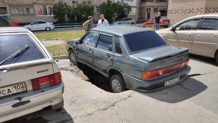В Башкирии автомобиль провалился под асфальт