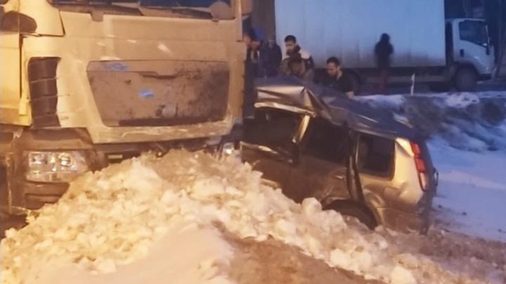 Под Новосибирском столкнулись две иномарки и тягач — очевидцы сообщают о погибшем