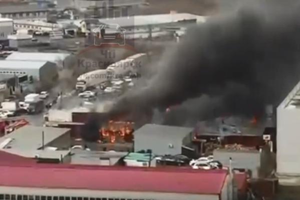 Была угроза распространения огня на другие здания