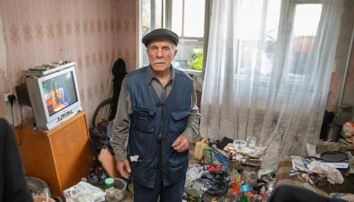 Екатеринбуржца, избивавшего своего 80-летнего отца, полгода не могли отправить в колонию из-за пандемии