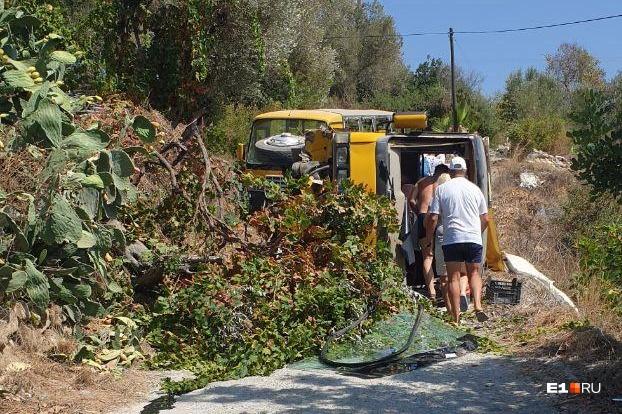 Автобус врезался в дерево и упал на левый бок