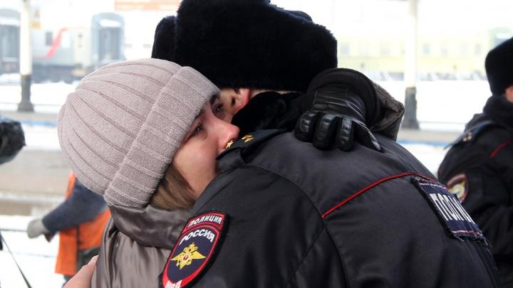 На вокзале проводили в командировку на Кавказ полсотни красноярских полицейских