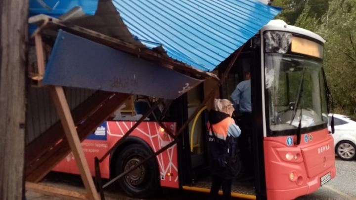 Снесло ветром: в Перми остановка врезалась в автобус