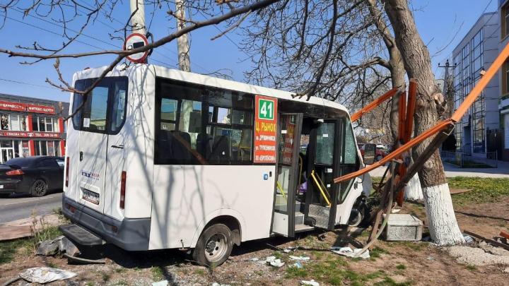 В Ростове маршрутка врезалась в остановку. Пострадала женщина