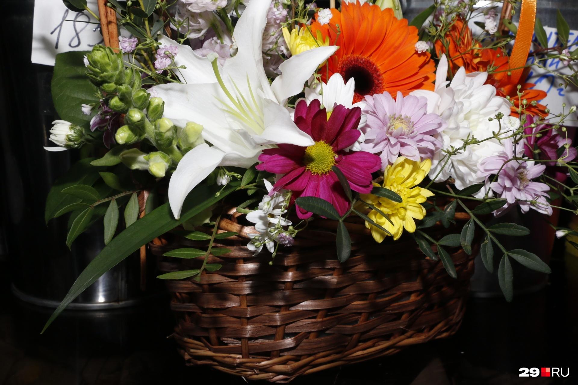 Такой вариант в корзинке подойдет для подарка женщине-руководителю от подчиненных. Оранжевая гербера в центре здесь символизирует уважение