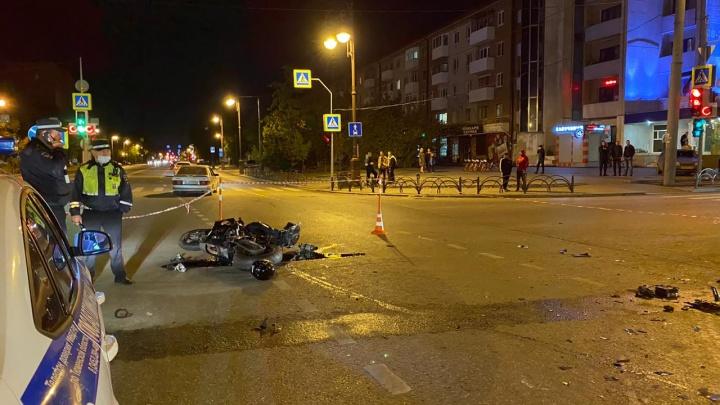 В центре Тюмени насмерть разбился мотоциклист: его не пропустил водитель из Свердловской области