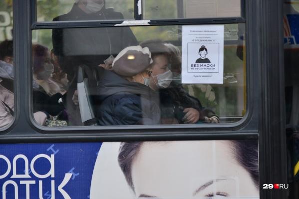 Ранее ношение маски в транспорте носило рекомендательный характер, хотя по этим табличкам на автобусах так и не скажешь<br>